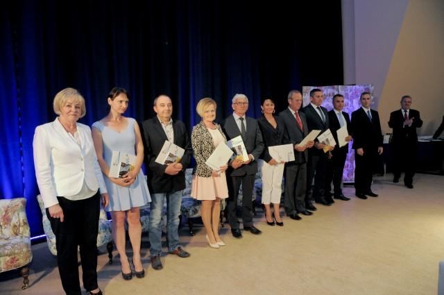 Laureaci konkursu z okolicznościowymi dyplomami.